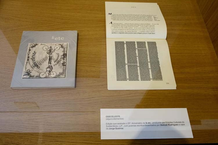 Livros na Manuel Rodrigues na exposição Prólogo :- exposiçaõ colectiva de Desenho, realizada em Vila Real de Santo António, no Arquivo Municipal
